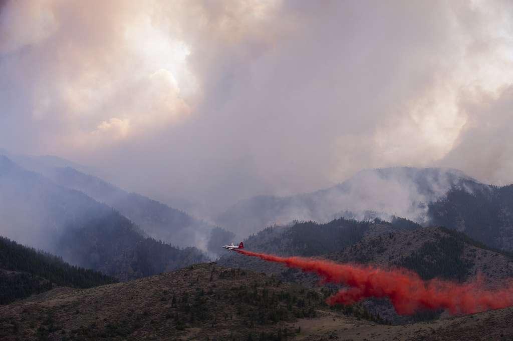 Cet avion, bien petit par rapport aux volumes des fumées, largue du retardant afin d'empêcher le feu d'atteindre un quartier résidentiel. Pas moins de 17 hélicoptères et 4 avions sont monopolisés pour lutter contre le feu de High Park. © Colorado National Guard