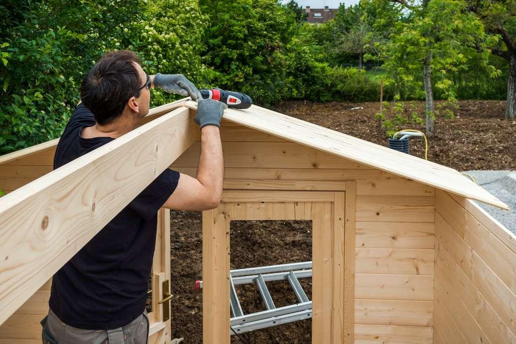 La construction d'un abri de jardin par un professionnel peut être couverte par la garantie décennale. © Eleonore H, Adobe Stock
