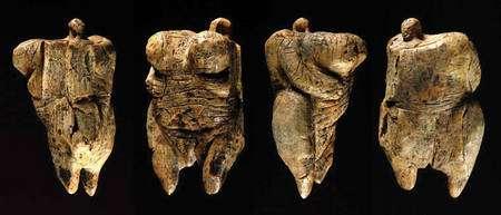 La statuette, vue sous quatre angles différents. Cliquer pour grandir. Photo : EFE/Marijan Murat / H. Jensen, Université de Tübingen