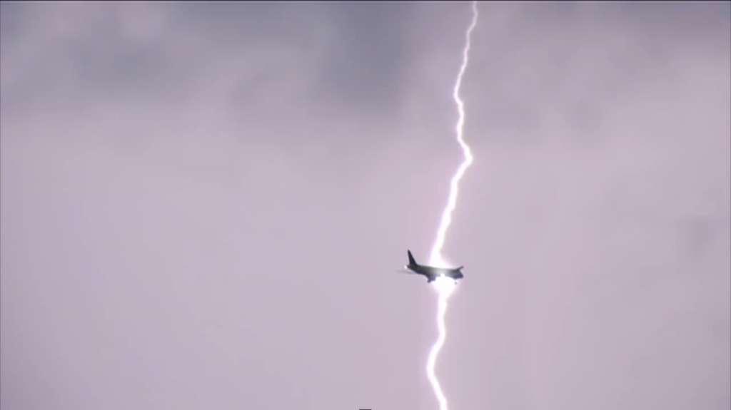 Les avions sont équipés de dispositifs qui évitent l'accumulation électrique, et donc les dégâts potentiels que pourrait causer un éclair. © weweme123, YouTube (capture d'écran)