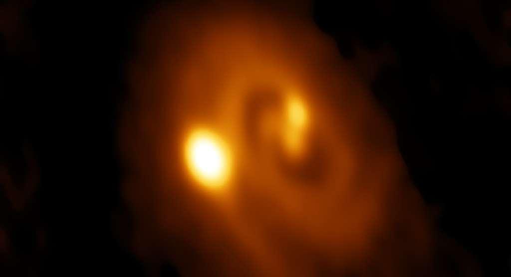 Cette image a été générée à partir du radiotélescope Alma au Chili. Elle montre un système triple d'étoiles dans un disque de poussière et de gaz à l'intérieur du nuage moléculaire de Persée. © Bill Saxton, Alma, ESO, NAOJ, NRAO, AUI, NSF