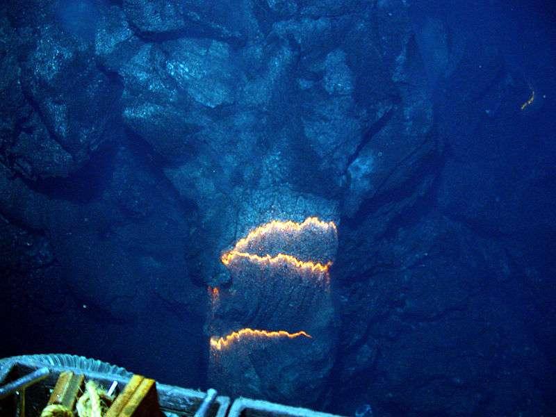 Les pillow lavas, ou « laves en coussin », sont typiques des éruptions volcaniques sous-marines. Elles se forment lorsque la roche en fusion à plus de 1.250 °C entre en contact avec l'eau froide de l'océan. © NOAA, Wikipedia, DP
