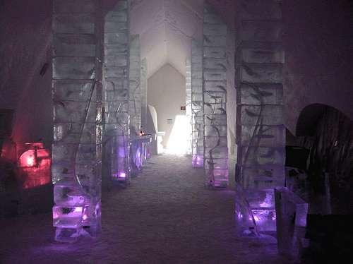 Réception gelée d'un ice hotel, au Québec