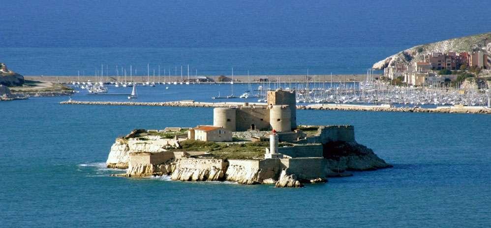 La construction carrée de 3 étages se compose de 3 tours et se situe sur une île de 3 hectares. © Jean-Marc Rosier, Wikimedia Commons, CC by-sa 2.5