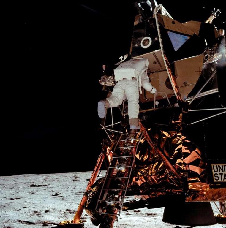 Edwin « Buzz » Aldrin descend l'échelle du module lunaire, le 21 juillet 1969 à 3 h 14 GMT. © Nasa, AFP archives