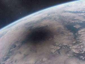 L'ombre de la Lune fonce sur le globe terrestre le 11 août 1999. Remarquez les nombreux nuages qui masquaient le spectacle aux terriens. Cliché réalisé depuis la station spatiale russe Mir.