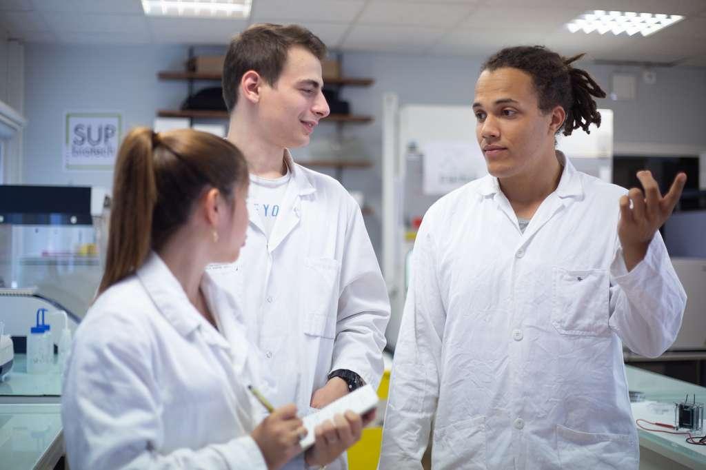 L'ingénieur production en biotechnologies est expert en bioprocédés et maîtrise les technologies de pointe. © Sup'Biotech.