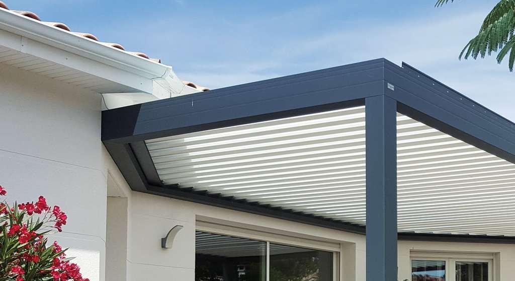 La conception des poutres de cette pergola bioclimatique permet de suivre parfaitement les renfoncements ou avancée de façade sans gêner la rotation des lames. © Eléance