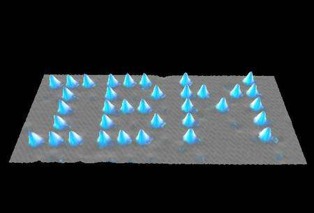 Atomes de xénon déposés par un microscope à effet tunnel sur du nickel par des chercheurs d'IBM. Crédit : D.M. Eigler, E.K. Schweizer