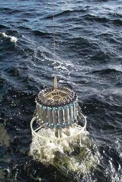 Une plate-forme portant un ensemble de bouteilles de prélèvement d'eau de mer et des instruments de mesure classiques enregistrant la conductivité (que l'on relie à la salinité), la température et la profondeur. © Institut Alfred-Wegener