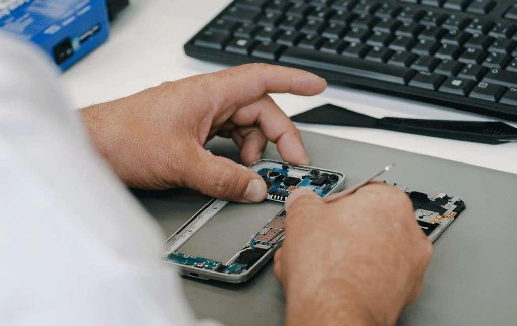 Lors du reconditionnement, un technicien vérifie le bon fonctionnement des composants du smartphone © Cadaoz