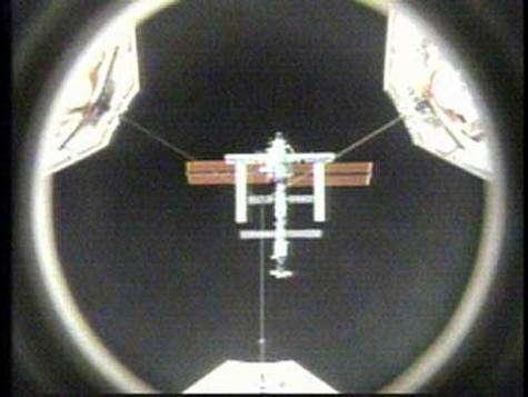 Discovery se rapprochant de l'ISS (crédit : NASA TV)