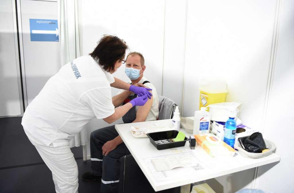 Selon l'EMA, deux doses de vaccin protègent contre le variant Delta. © Ina Fassbender, AFP