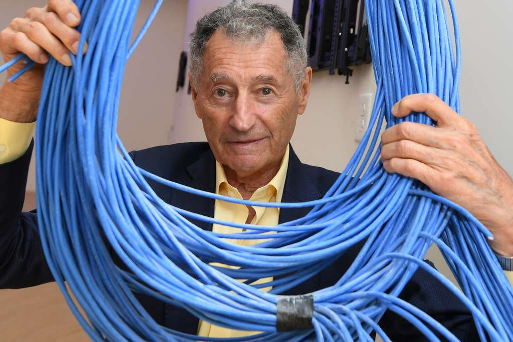 Professor Leonard Kleinrock poses in his new lab under construction at the University of California at Los Angeles (UCLA) on September 24, 2019, a month before the fiftieth anniversary celebrations of the creation of the Internet.  He was at the head of the first team of researchers able to communicate between two computers.  © Robyn Beck, AFP