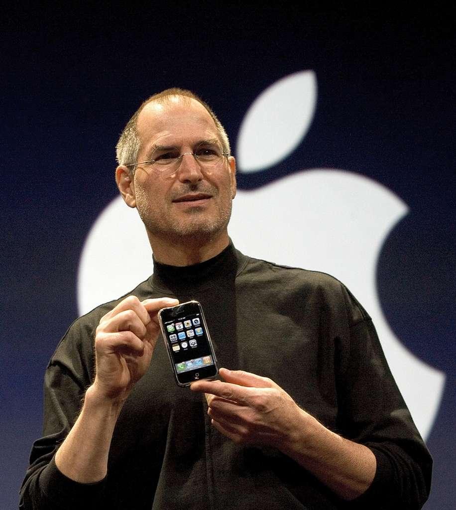 Steve Jobs dévoilant l'iPhone le 9 janvier 2007. Dix ans plus tard, le cofondateur et charismatique patron d'Apple n'est plus et la marque à la pomme n'a pas encore inventé un nouveau gadget « révolutionnaire ». © Apple