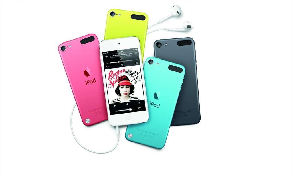 Décliné pour la première fois en 5 couleurs, l'iPod touch retrouve un nouveau souffle avec un écran 4 pouces, l'assistant vocal Siri et une connexion Wi-Fi plus performante. © Apple