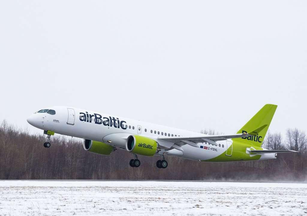 S'assurer que l'avion consomme moins de carburant. S'il est relativement facile d'aller d'un point A à un point B, le faire de façon économique à l'intérieur d'une plage de temps donnée est plus compliqué. C'est tout l'intérêt de PureFlyt. À l'image un A220 d'Air Baltic. © Airbus, Air Baltic