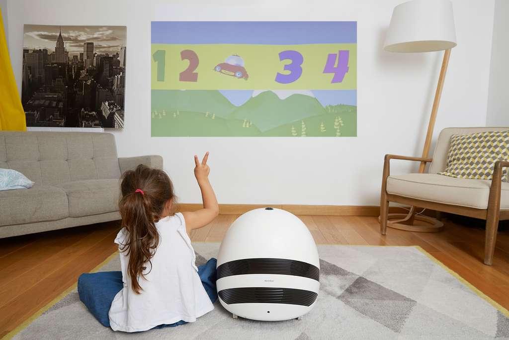 Le vidéoprojecteur intégré affiche son image en HD sur un mur ou un plafond. © Keecker