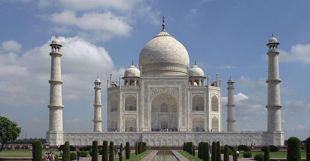 Le Taj Mahal et son architecture imposante attirent chaque année des millions de visiteurs. © Yann , Wikimedia commons, DP