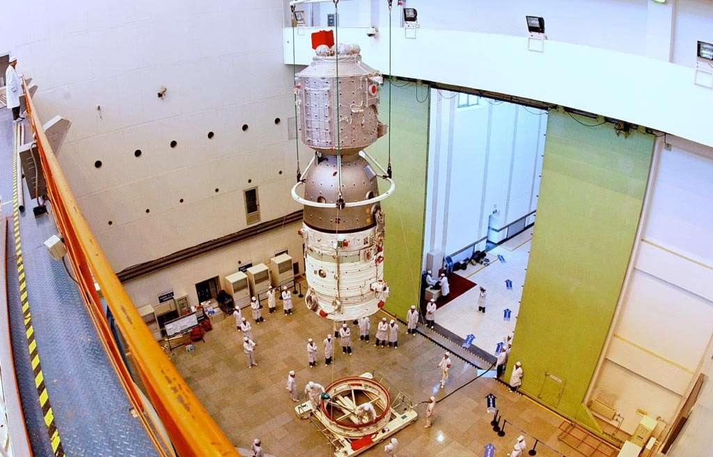 Le vaisseau spatial Shenzhou-8 avec, de haut en bas, le module orbital qui s'est amarré à Tiangong-1, la capsule de retour sur Terre et le module de propulsion. © CNSA