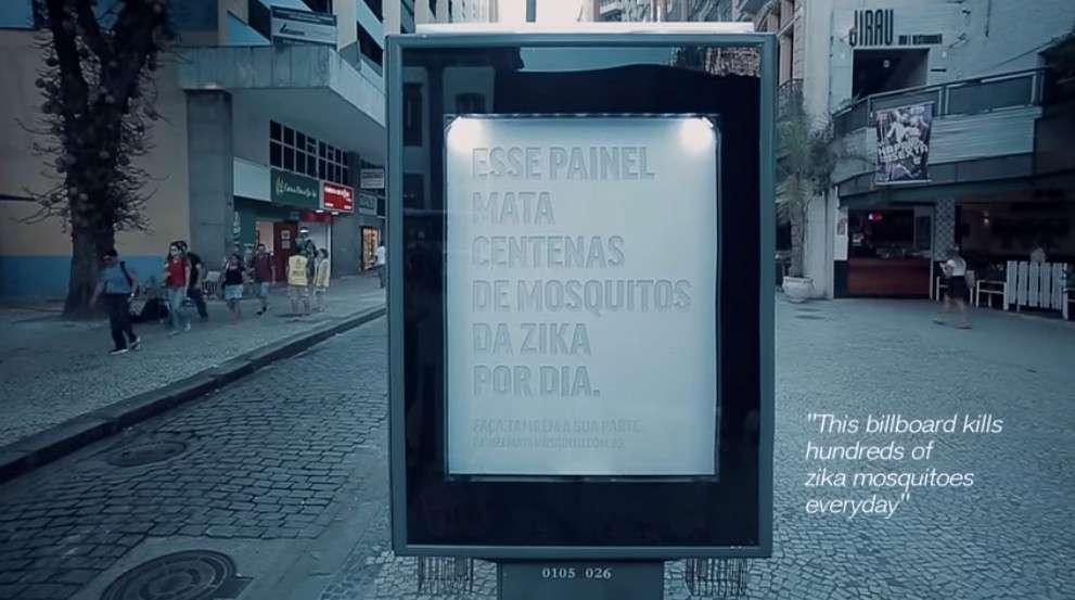 Le panneau publicitaire piège à moustique conçu par deux agences publicitaires brésiliennes a été installé dans le centre de Rio de Janeiro. © Posterscope, NBS