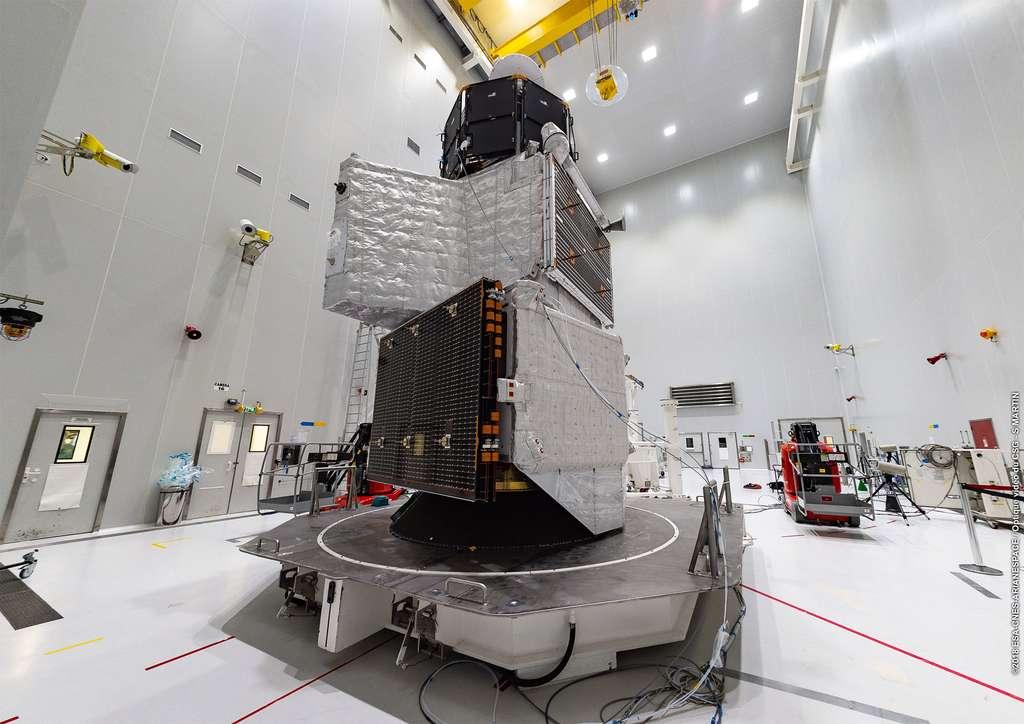 La sonde BepiColombo au bâtiment S5 du Centre spatial de Kourou. Elle est ici vue en configuration de vol avec de bas en haut : le module de transfert, l'orbiteur européen MPO, le bouclier solaire, et le Mercury Magnetospheric Orbiter. © ESA/CNES/Arianespace/Optique video du CSG – S. Martin