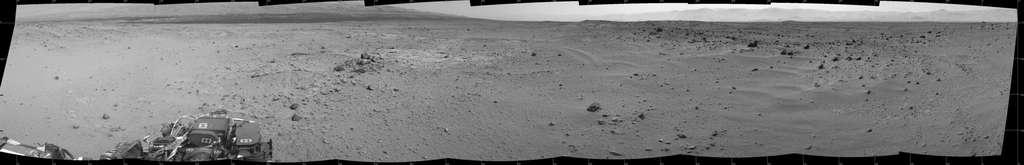 Panorama acquis le 27 août avec à gauche le mont Sharp et sur la droite les remparts du cratère Gale. On aperçoit également les dunes sombres que longera Curiosity avant d'atteindre le pied du mont Sharp. © Nasa, JPL