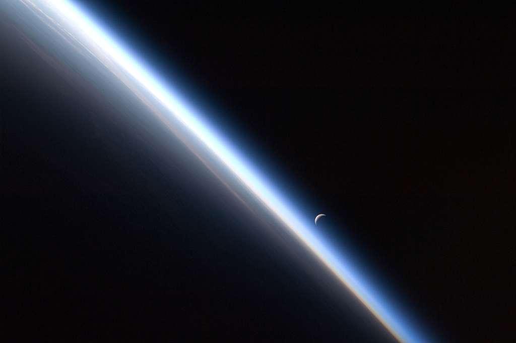 Ce dernier croissant de lune et la ligne mince de l'atmosphère de la Terre sont photographiés par un membre de l'équipage Expedition 24 de la Station spatiale internationale au-dessus de l'Asie centrale. © Nasa