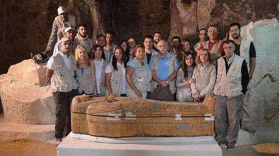 L'équipe espagnole de l'IEAE (Instituto de Estudios del Antiguo Egipto), dépendant de l'université de Malaga, qui a découvert le sarcophage dans une tombe située sur la paroi sud du « temple des millions d'années » de Thoutmosis III. Des images sont visibles sur Luxor Times. © Teresa Bedman, IEAE