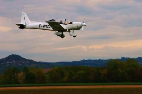 Le Nala, un biplace de voltige conçu par Issoire Aviation. On le voit ici en mai 2013, à Issoire (Puy-de-Dôme) avec Philippe Moniot aux commandes, le président de l'entreprise. L'avion sera au Bourget. © Issoire Aviation