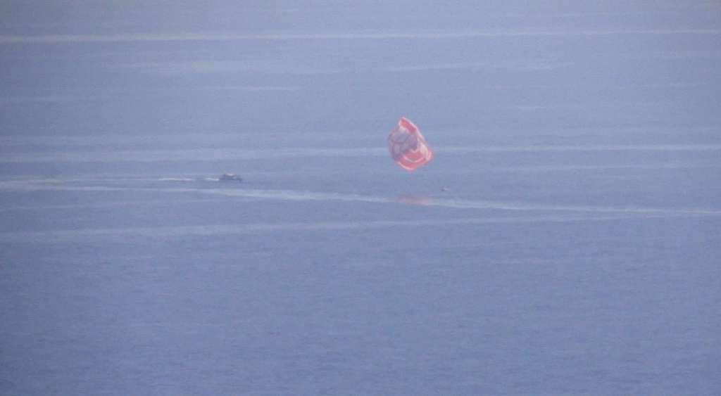 Sous son parachute, l'IXV vient de toucher l'eau de la Méditerranée, au large de la Sardaigne. Ses bouées de flottaison se gonflent pour le maintenir à flot jusqu'à sa récupération. © Thales Alenia Space