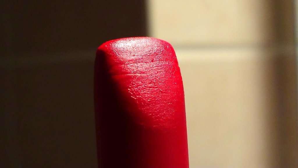 Chaque jour, les femmes qui mettent du maquillage avalent des doses de chrome jugées toxiques. Celles qui se fardent beaucoup s'exposent aux dangers de l'aluminium, du cadmium et du manganèse. © FunkyPunkyCarrott, deviantart.com, cc by nc nd 3.0