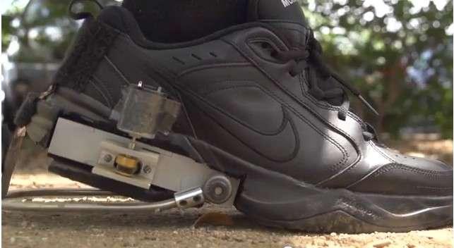 Le prototype PediPower développé par quatre étudiants de l'université Rice (Houston, Texas). On distingue le levier qui manœuvre à chaque fois que le talon touche le sol. Il actionne une boîte de vitesses qui va transmettre l'énergie cinétique au petit générateur fixé sur le côté de la chaussure. Celui-ci est relié par des câbles à la batterie qu'il doit alimenter. Le système n'est pour le moment pas envisageable pour un usage grand public régulier. Ses concepteurs espèrent le faire évoluer pour diminuer le poids et l'encombrement. © Carlos Armada, Julian Castro, David Morilla, Tyler Wiest, université Rice