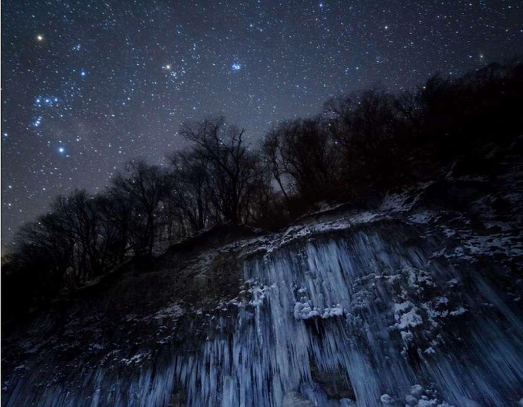 La constellation d'Orion et la cascade gelée. © Masahiro Miyasaka