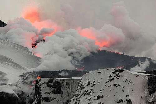 Volcan Eyjafjallajökull Island . L'éruption de ce volcan a semé la pagaille dans le transport aérien mais le panache n'a pas atteint la stratosphère et l'influence climatique en est restée très limitée. © Boaworm, Creative Commons Attribution 3.0 Unported license