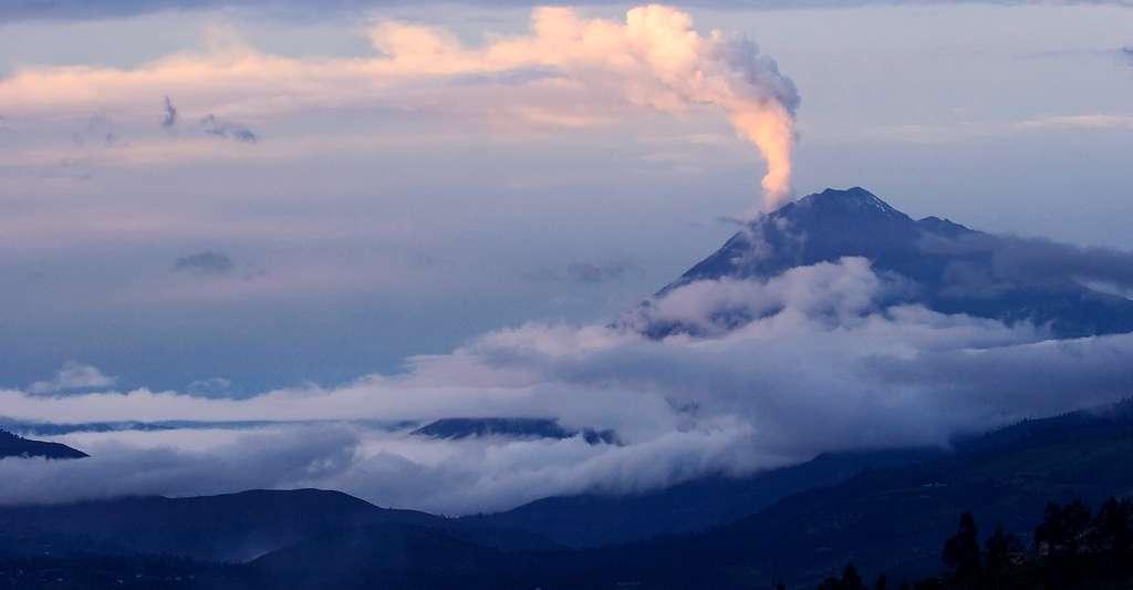 Volcan Tungurahua (5 023 m). Les éruptions volcaniques engendrent de grands volumes de cendres qui peuvent être transportées par le vent sur plusieurs centaines de kilomètres et influer sur les conditions climatiques régionales, qui affectent à leur tour la biodiversité. © naturexpose.com / Olivier Dangles et François Nowicki