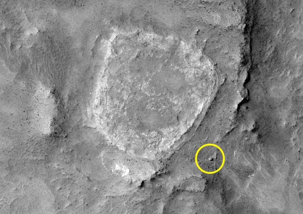 Home Plate est un ancien dépôt de cendres volcaniques érodé. C'est proche de lui que le rover Spirit, situé dans le cercle jaune, a repéré des restes d'une activité hydrothermale ancienne faisant penser à celle des geysers que l'on peut par exemple trouver au Chili sur le site d'El Tatio. © Nasa