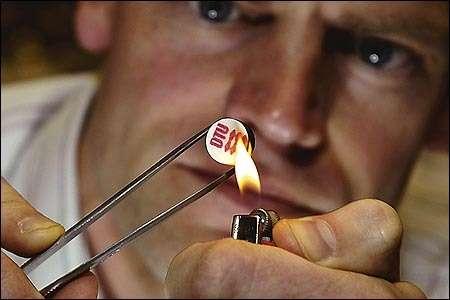 Tue Johannesen, chercheur danois, montre combien il est convaincu de l'ininflammabilité de l'hydrogène stocké dans la petite tablette mise au point par son équipe.