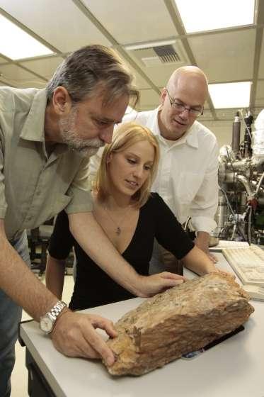 De gauche à droite Harrison, Hopkins et Manning examinant une des roches des Jack Hills. © Reed Hutchinson, Ucla