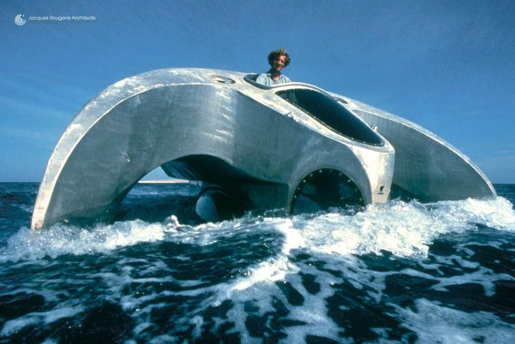 L'Aquascope, un trimaran d'observation sous-marine mis à l'eau en 1979, embarque huit ou dix personnes selon les versions. Grâce à sa flottabilité variable, il pouvait s'enfoncer et permettre à ses occupants d'observer sous la surface à travers des hublots en méthacrylate. © Jacques Rougerie