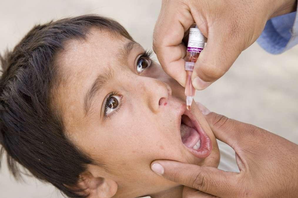 En Syrie, l'OMS utilise le vaccin oral, à base d'un virus atténué. Il est un peu plus risqué, mais confère une protection contre la poliomyélite plus complète que le vaccin à base d'un virus inactivé, utilisé en Europe. © Unicef Sverige, Fotopédia, cc by 2.0