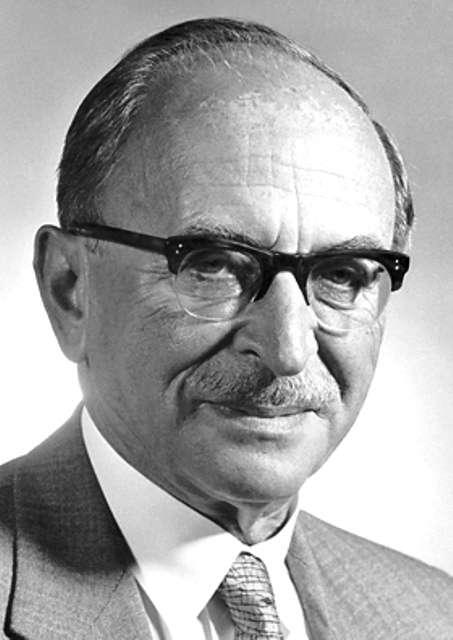 Dennis Gabor (1900-1979) était un physicien hongrois. Il est connu pour ses travaux ayant conduit à la découverte de l'holographie, pour laquelle il a reçu le prix Nobel de physique en 1971. © Fondation Nobel