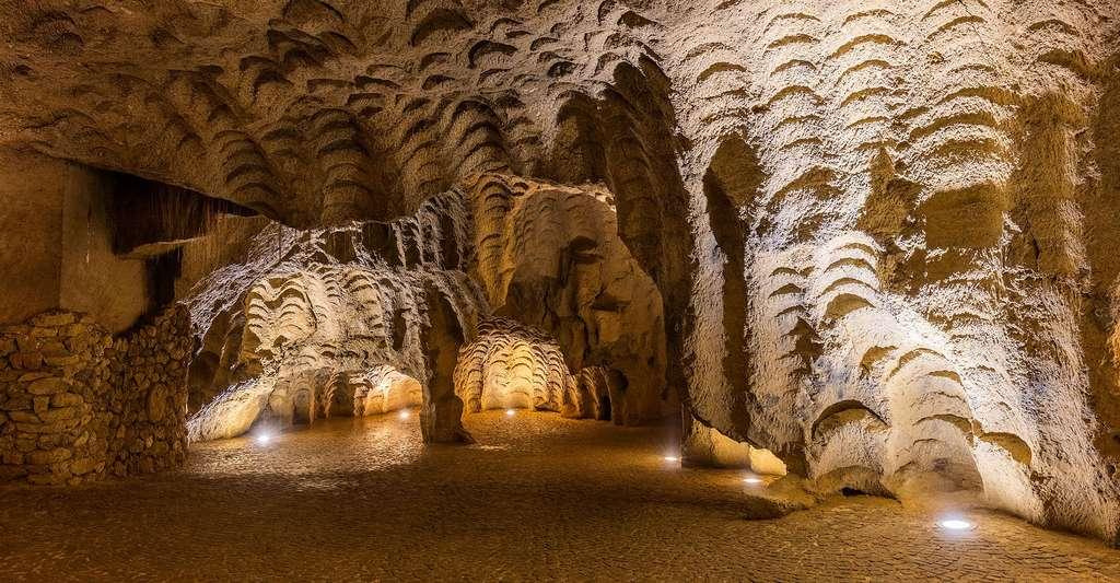 Les grottes d'Hercule sont d'une importance archéologique, historique et mythologique et sont situées à 14 kilomètres (9 mi) à l'ouest de Tanger au Cap Spartel, dans le nord du Maroc. Diego Delso, Wikimedia commons, CC by-sa 4.0