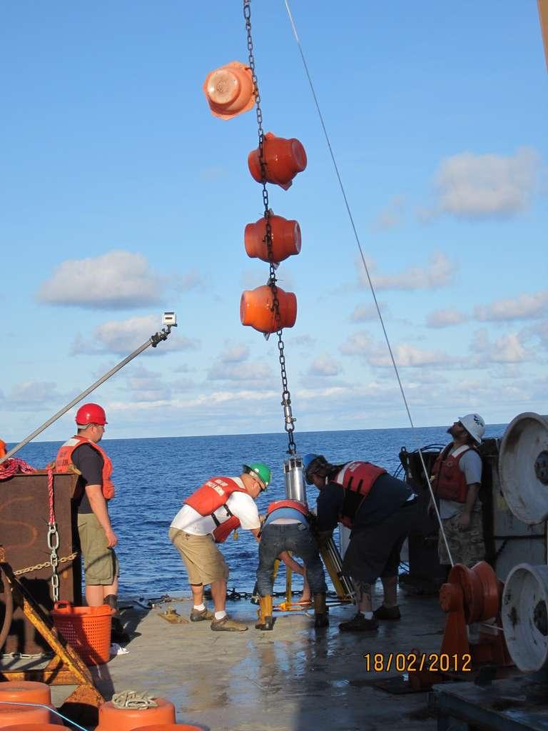 Récupération des données et travail de maintenance sur un mouillage du réseau Rapid. Les mesures donnent notamment les températures et les salinités ; elles permettent d'estimer le débit des courants profonds de l'Amoc (Atlantic Meridional Overturning Circulation, la circulation méridienne de retournement dans l'Atlantique). © NOC