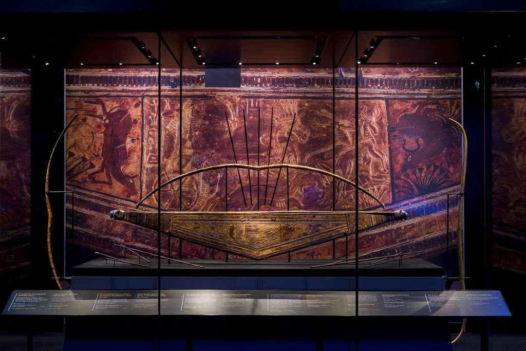 Un étui d'un arc en bois orné de scènes de chasse et de deux têtes de lion en faïence violette à ses extrémités. © Vincent Nageotte