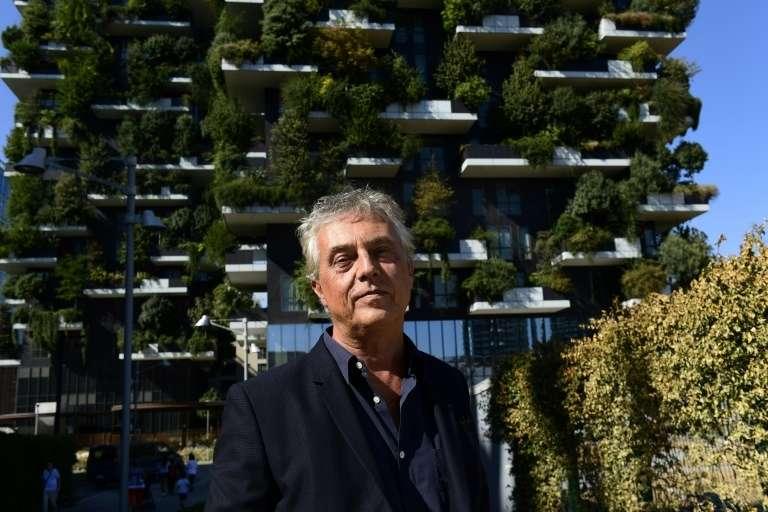 L'architecte et urbaniste italien Stefano Boeri devant le complexe architectural « Forêt verticale » en septembre 2017 à Milan. © Miguel Medina, AFP, Archives