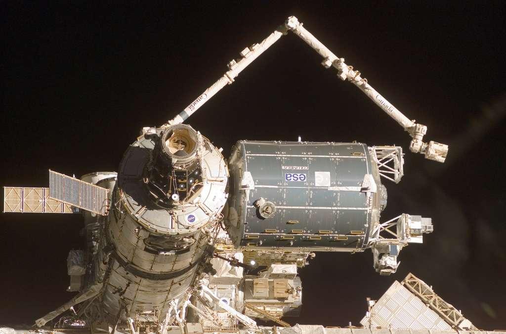 Au premier plan, un des ports d'amarrage du module Harmony, celui sur lequel venait se « docker » la navette spatiale. Cette image date de février 2008, lors de l'installation du laboratoire européen de l'Esa Columbus. © Nasa