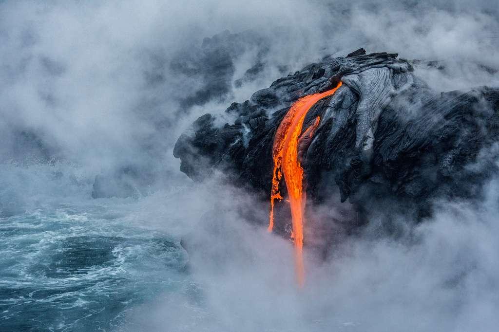 Photo intitulée Pele's fire qui montre une coulée de lave sur les flancs du volcan Kilauea, à Hawaï. © Sabrina Koehler, université de Hawaï