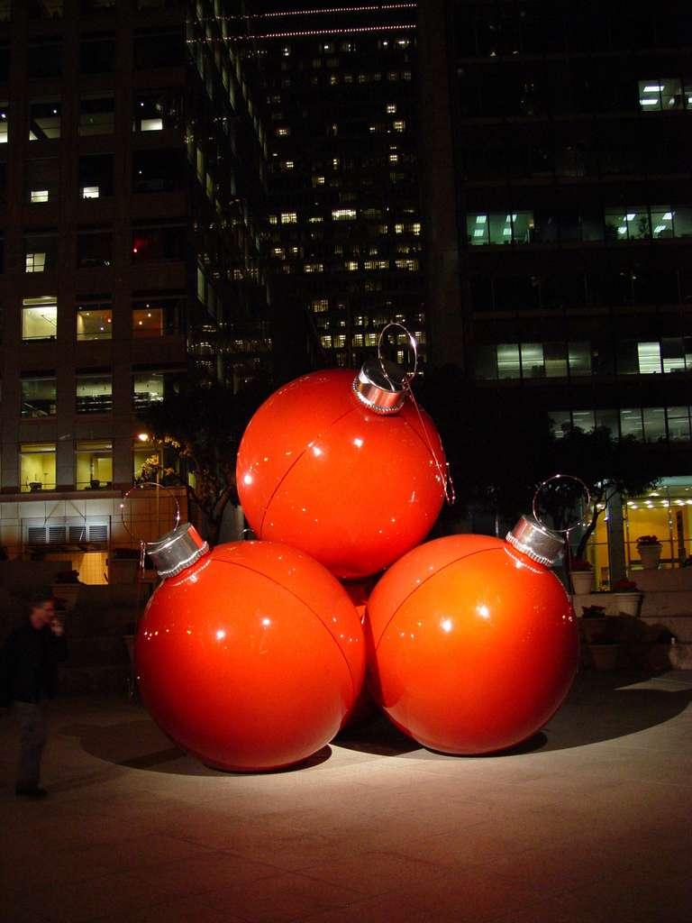 Une décoration en forme de boules de Noël géantes, à San Francisco