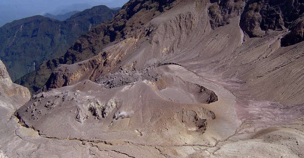 Cratère du Guagua Pichincha, volcan actif au-dessus de Quito. © Jaime del Castillo, CC by-nc 2.0
